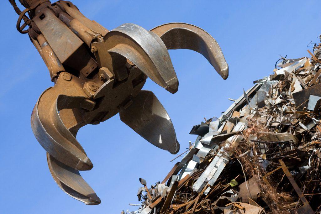 Sử dụng máy móc hiện đại chuyên dụng trong việc tháo dỡ công trình khi mua phế liệu