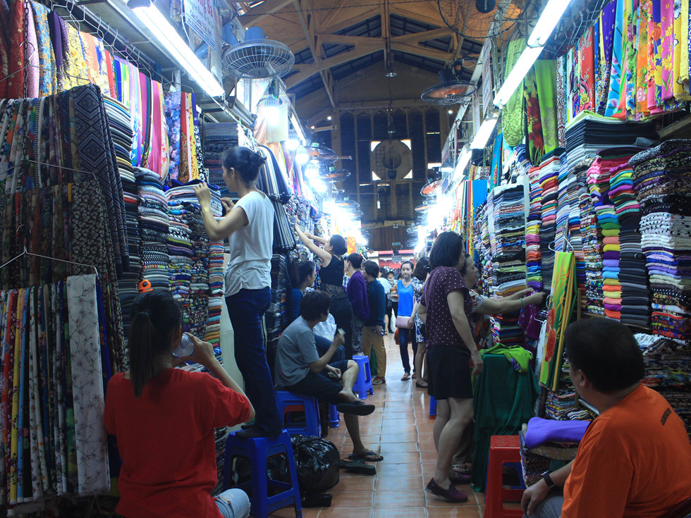Bên trong chợ Tân Đinh chuyên bán các phụ liệu may mặc