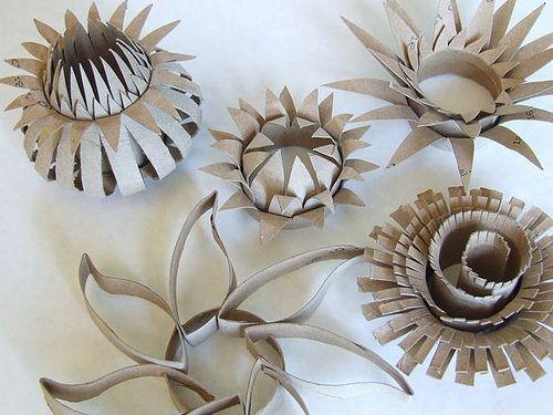 Tái chế lõi giấy vệ sinh thành những bông hoa - Công ty Phế Liệu Quang Đạt