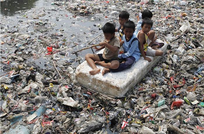 Từ đất liền cho đến sông, suối,… phế liệu đã tràn lan khắp lối. Không phải lúc này thì khi nào mới là lúc chúng ta nhận thức ra tình trạng tồi tệ của hành tinh này với sự bùng nổ của rác thải?