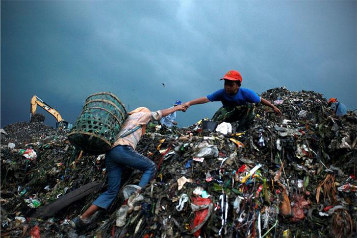 Nhìn những bãi rác khổng lồ như thế này rải rác tại nhiều nơi trên thế giới, bạn có nhận ra rằng lượng phế liệu mà chúng ta thải ra mỗi ngày đã chạm đến mức báo động đỏ không?