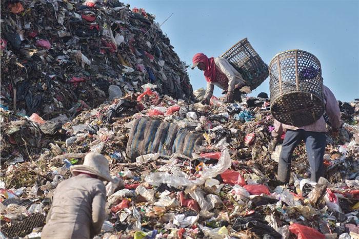 Khắp nơi trên thế giới, nơi đâu cũng tồn tại đâu đó những con người kiếm sống từ những thứ phế thải từ người khác như thế này.