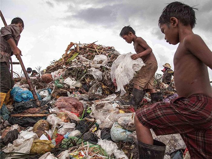 Từ người già cho đến trẻ nhỏ, rác thải và phế liệu dần trở thành một phần gắn liền với cuộc sống hàng ngày của họ. Chẳng màng đến cái mùi ngai ngái hay đống vi khuẩn mang bệnh. Những bãi rác thế này mang theo những hy vọng của họ, những hy vọng nhỏ nhoi về một bữa cơm cho qua cơn đói.