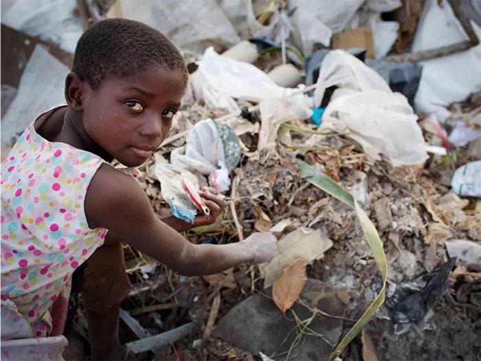 Trong khi bạn bè cùng trang lứa đang được học hành và vui chơi, những đứa trẻ ở nơi đây lại vùi đầu nhặt lượm phế liệu từ đống rác vừa được đổ xuống. Liệu còn một tương lai tươi sáng nào dành cho chúng hay không?