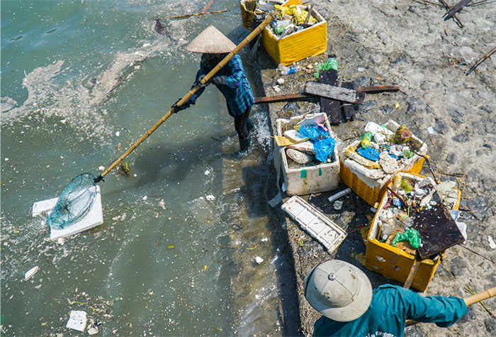 Hình ảnh người dân vớt rác trên biển